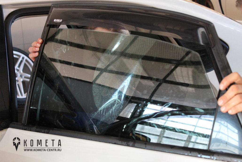Тонирование бокового стекла в автосервисе, процесс нанесения - Симферополь
