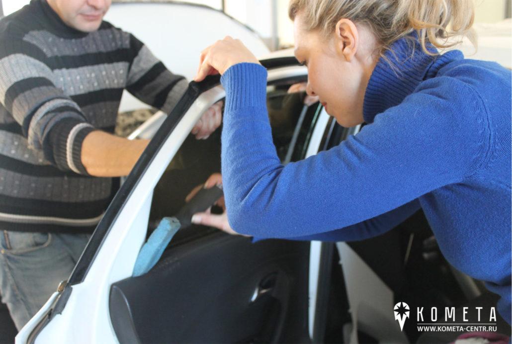 Тонирование бокового стекла в автосервисе, разглаживание пленки - Симферополь